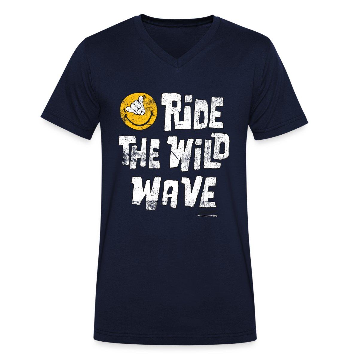 Smiley-World-Ride-The-Wild-Wave-Maenner-T-Shirt-mit-V-Ausschnitt-von-Spreadshirt